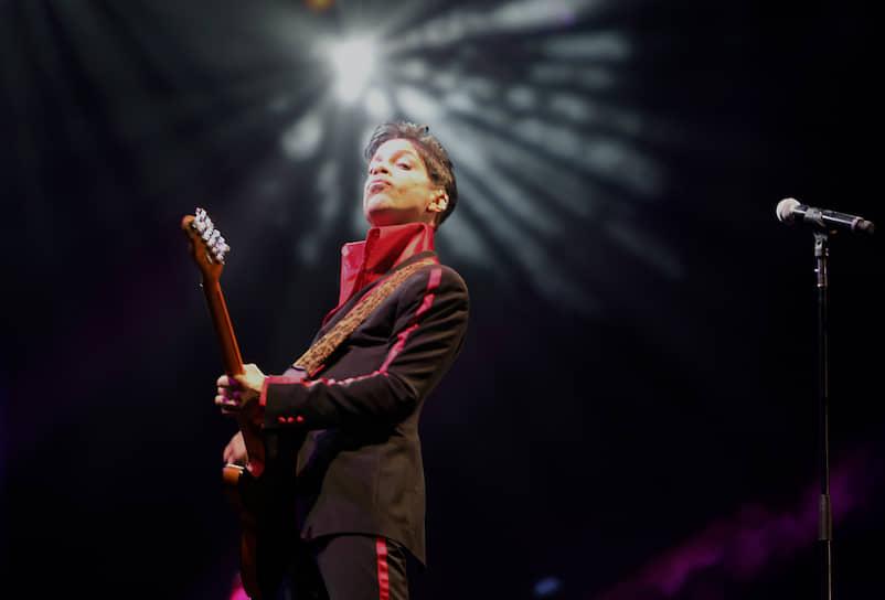 Музыкант, большую часть карьеры выступавший под именем Принс, умер 21 апреля 2016 года от передозировки фентанила. Откуда он взял наркотик — выяснить не удалось