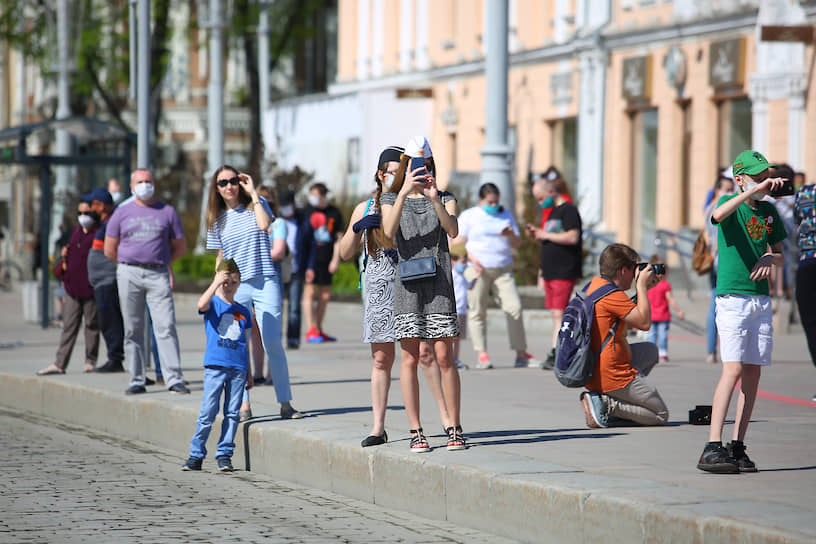 Зрители в Екатеринбурге наблюдают за колонной грузовиков с реконструкцией сцен времен Великой отечественной войны