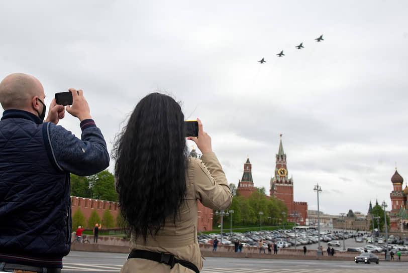 Пролет самолетов над Красной площадью