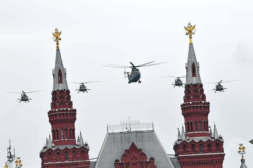 Военно-транспортный вертолет Ми-26 в сопровождении многоцелевых вертолетов Ми-8 над Красной площадью