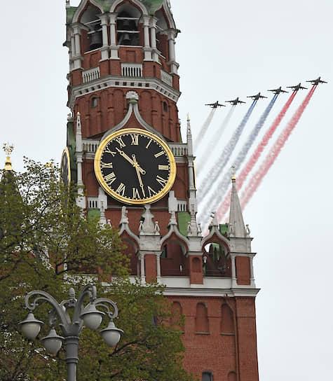 Шесть штурмовиков Су-25 окрасили небо над Москвой в цвета российского флага
