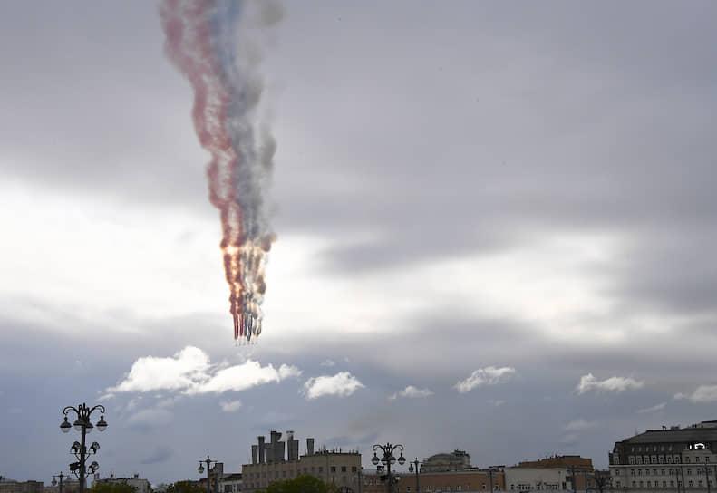 Воздушная часть военного парада в небе над Москвой