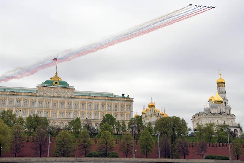 Штурмовики Су-25 во время парада над Красной площадью
