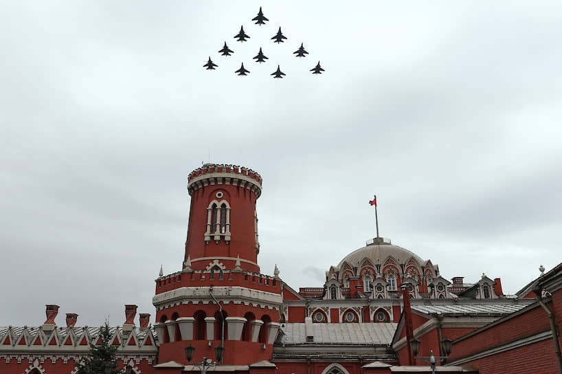 Строй «тактическое крыло» из истребителей Су-30СМ, Су-35С и бомбардировщиков Су-34 над Москвой