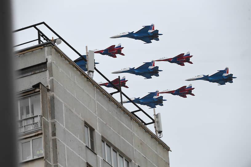 Истребители МиГ-29 и Су-30СМ пилотажных групп «Русские витязи» и «Стрижи»
