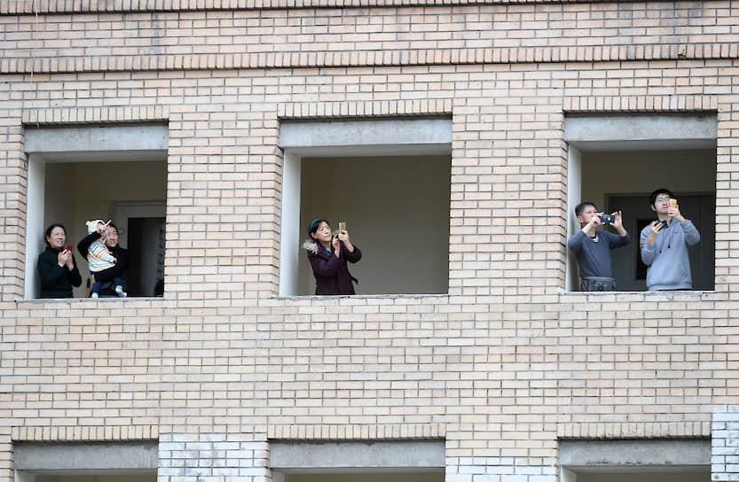 Парад прошел без гостей и зрителей из-за режима самоизоляции в Москве. Люди наблюдали за авиационной техникой из окон
