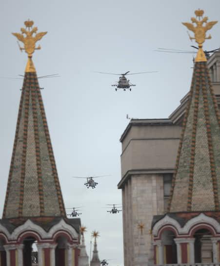Военные вертолеты в небе над Москвой