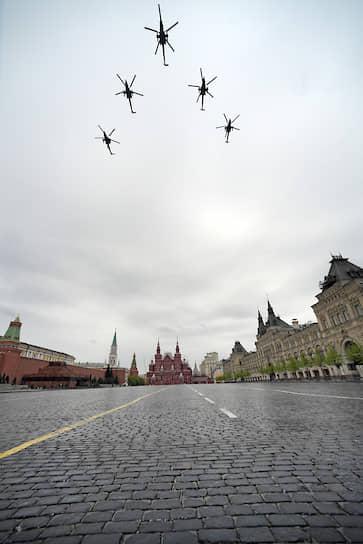 Транспортно-боевые вертолеты Ми-35М во время парада над Красной площадью