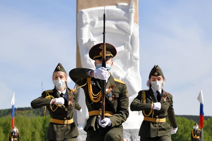 Церемония возложения цветов к памятнику погибшим воинам в Кемерово