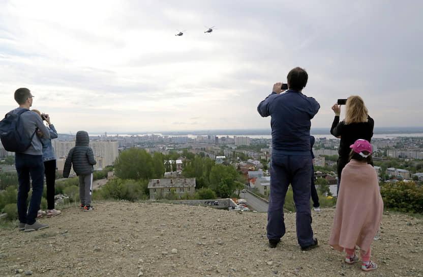 Пролет военных вертолетов в небе над Саратовом