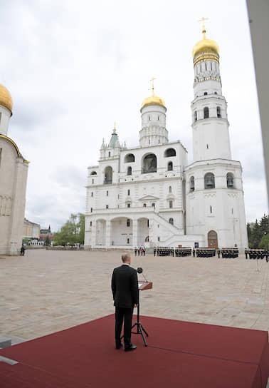 Президент Владимир Путин во время смотра марша пеших и конных караулов Президентского полка на Соборной площади Кремля