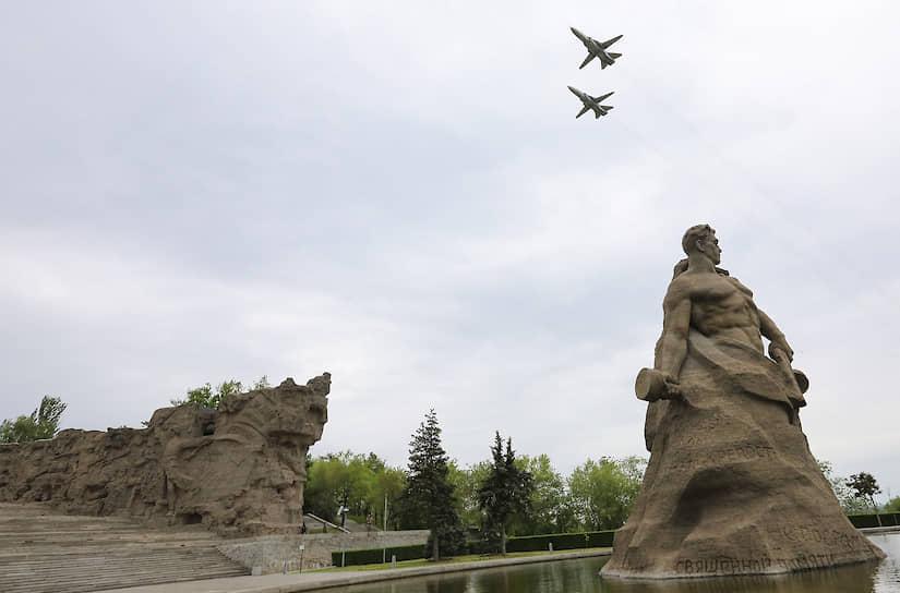 Боевая авиация над Мамаевым курганом в Волгограде