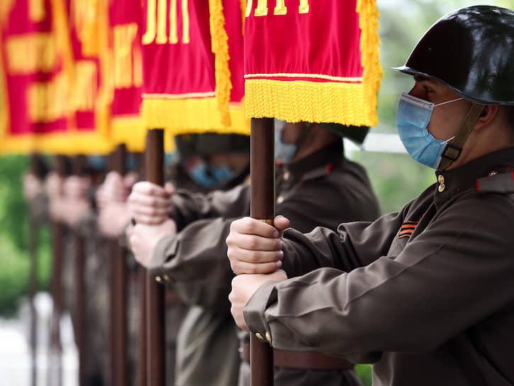Военнослужащие во время церемонии возложения цветов к мемориалу «Огонь Вечной Славы» в Севастополе