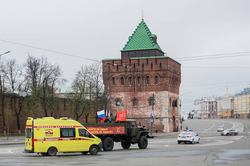 Машины с символикой Дня победы и скорой помощи в центре Нижнего Новгорода