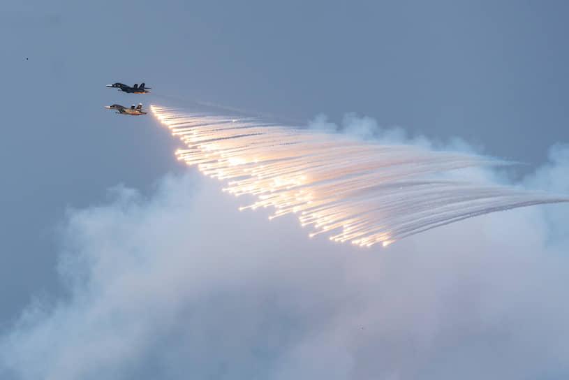 Фронтовые бомбардировщики Су-34 во время авиапарада над Воронежем