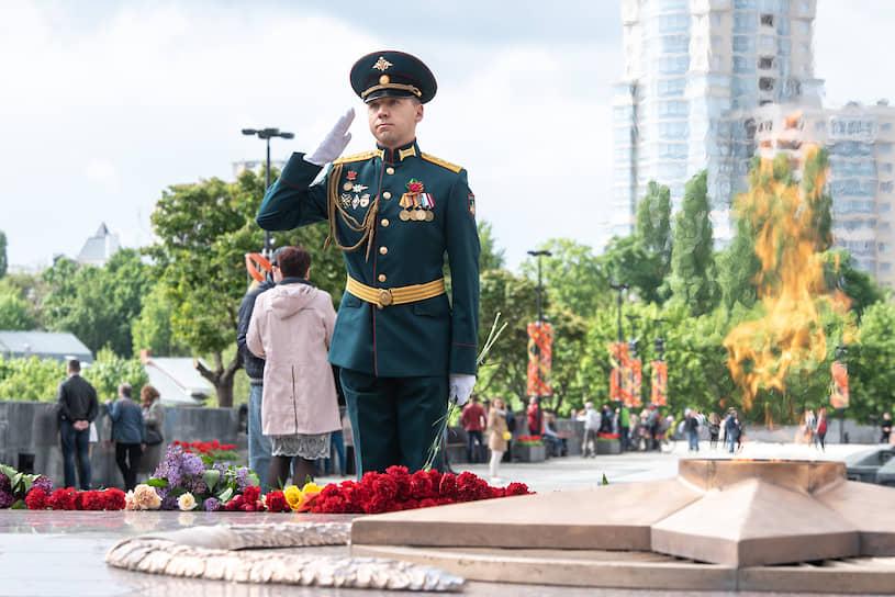 Военнослужащий на посту у Вечного огня на площади Победы в Воронеже