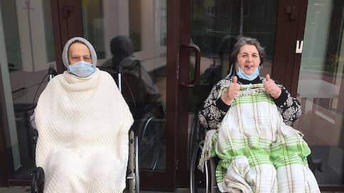 В бой с COVID идут старики  / Как борются с коронавирусной инфекцией в домах престарелых и интернатах