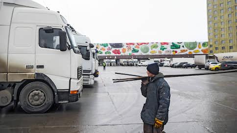 У продуктов заканчивается пропуск  / Сотрудники московских пищевых компаний не могут выйти на работу