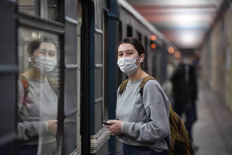 Девушка на входе в вагон поезда метро