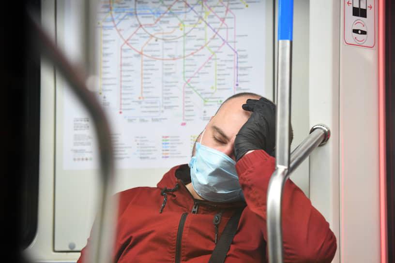 По данным департамента транспорта Москвы, утром 12 мая 94% пассажиров метрополитена были в масках и 68% в перчатках