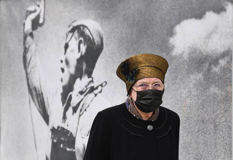 В соответствии с указом мэра Сергея Собянина, обязательным стало ношение масок и перчаток при нахождении в общественном транспорте, такси, на объектах торговли, а также на рабочих местах