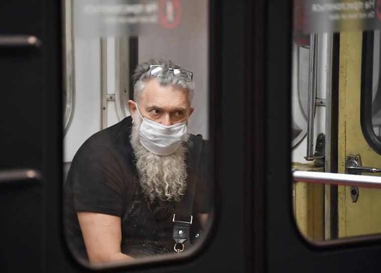 Штраф за нахождение в Москве в общественных местах без маски составит 4 тыс. руб., в транспорте — 5 тыс. руб.