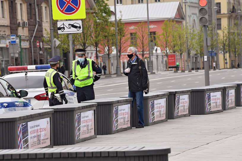 Пост полиции на Тверской улице следит за обязательным ношением масок и перчаток в общественных местах