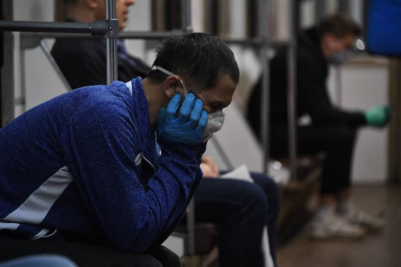 «При ношении маска должна тщательно закрепляться, плотно закрывать рот и нос, не оставляя зазоров»,— говорится в рекомендациях МЧС