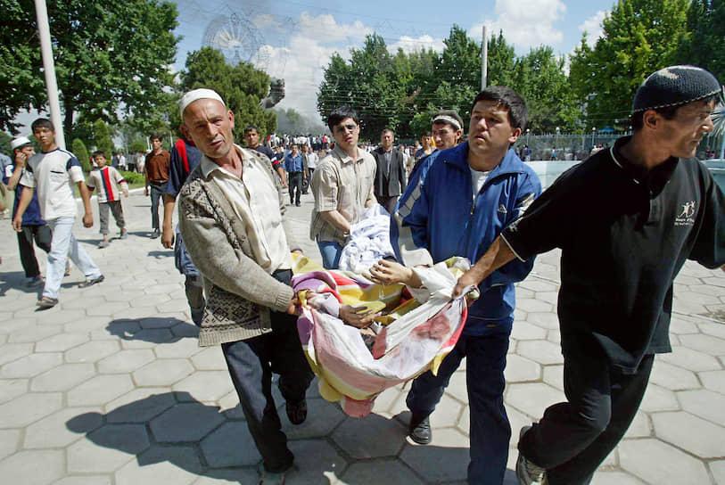 Жертвами беспорядков стали 187 человек, 295 человек были ранены. Несколько сотен человек двинулись к границе с Киргизией и стали беженцами