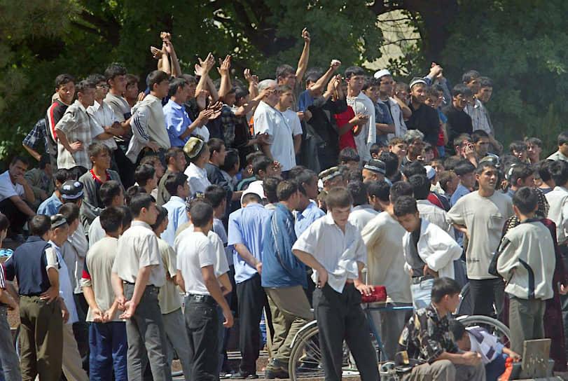 По официальным данным, в Андижане произошло подавление исламистского мятежа. По мнению правозащитников, речь шла о расстреле мирной толпы протестующих
