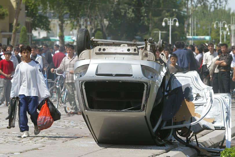 Протестующим удалось прорваться через заграждения, но на соседней улице они были блокированы силовиками. Началась перестрелка, в которой погибли десятки человек. По сообщениям проправительственных СМИ, зачинщики беспорядков первыми открыли беспорядочную стрельбу, убив при этом 12 заложников и 38 мирных граждан