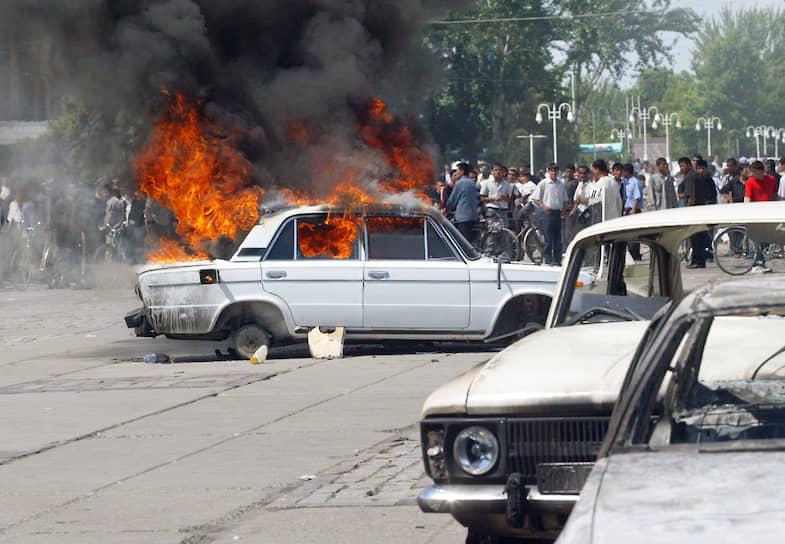 Утром 13 мая сотни людей собрались на стихийный митинг в центре Андижана. Изначально митинг был посвящен несправедливому суду над бизнесменами, но затем перерос в демонстрацию против политики правительства и массовые беспорядки
