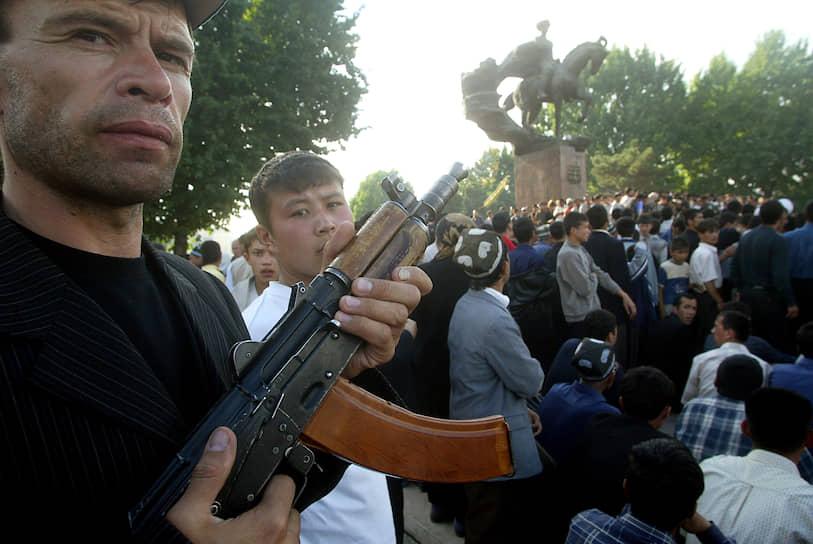 Поводом для беспорядков стал суд над 23 андижанскими бизнесменами, которые обвинялись в создании подпольной секты «Акрамия». По данным властей, она была связана с запрещенной исламистской организацией «Хизб ут-Тахрир». По словам защитников подсудимых, они были просто набожными мусульманами и не состояли ни в каких объединениях