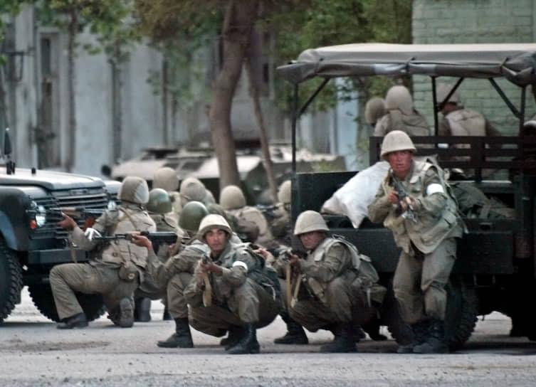 Для разгона митингующих была применена армия. Весь день на площади продолжались перестрелки, огонь велся с БТР и с крыш окрестных домов