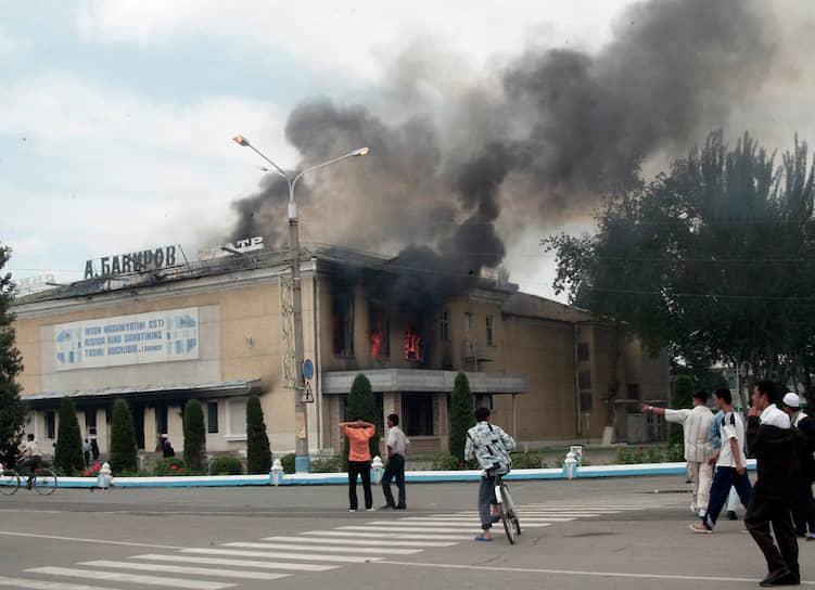 В ночь на 13 мая 2005 года сторонники подсудимых бизнесменов совершили нападения на полицейские и военные посты в городе, освободили около 2 тыс. заключенных. Часть заключенных впоследствии приняла участие в захвате здания областной администрации