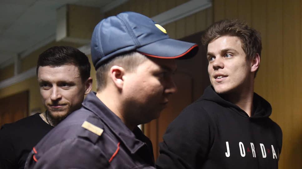 Футболисты Павел Мамаев (слева) и Александр Кокорин