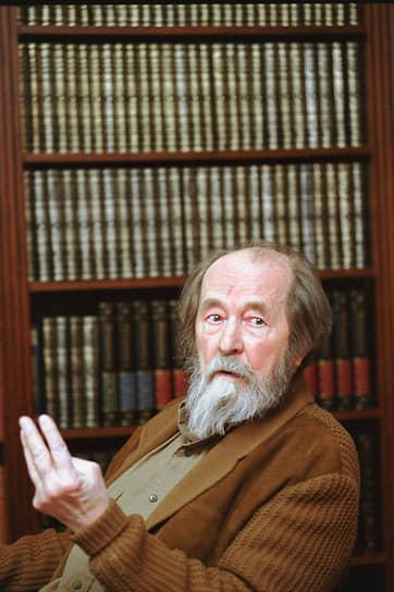 Русский писатель, драматург Александр Солженицын в 1946 году отбывал наказание в закрытом конструкторском бюро при авиамоторном заводе в Рыбинске, после был переведен в «шарашку» в Загорск, затем в «Марфинскую шарашку», где работал по специальности — математиком
