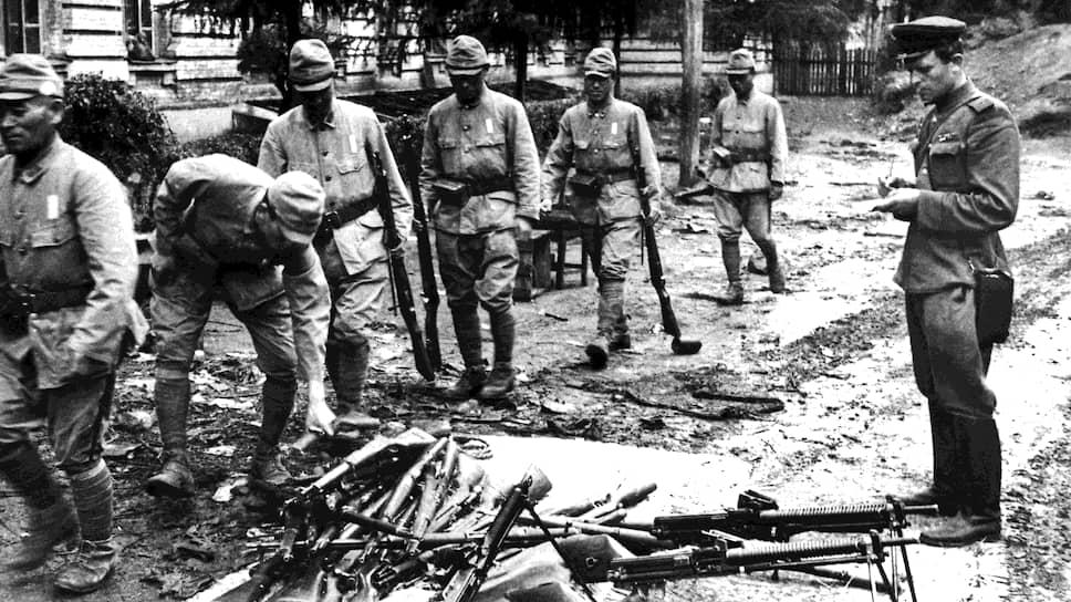 """""""Американцы и англичане противятся организации Контрольного Совета в Японии и не хотят подпускать нас к японским делам"""" (на фото — японские солдаты, складывающие оружие после разгрома советскими войсками Квантунской армии. Китай, 1945 год)"""