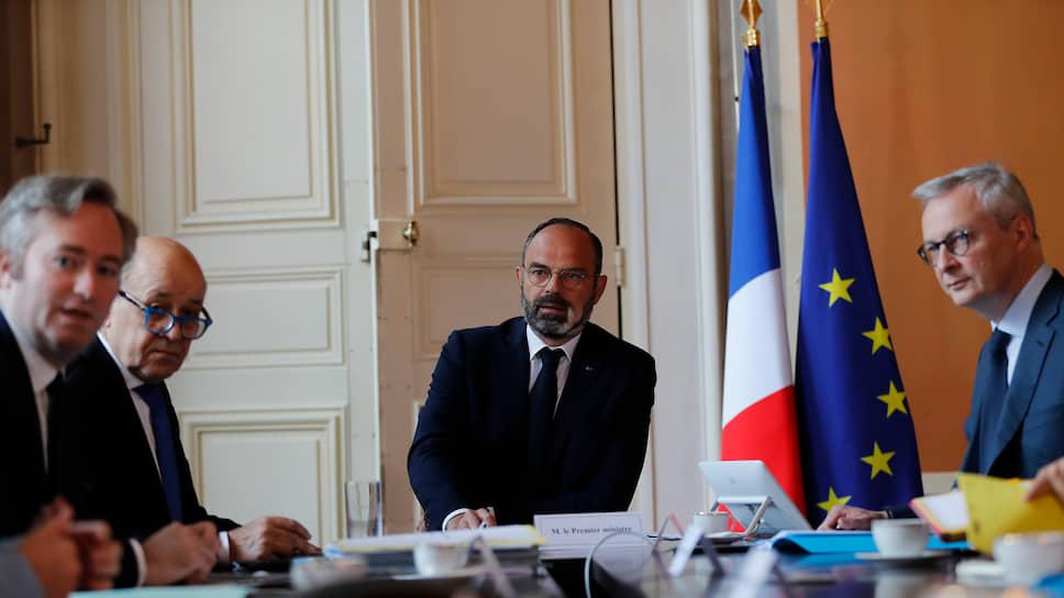 Премьер-министр Франции Эдуар Филипп (в центре)