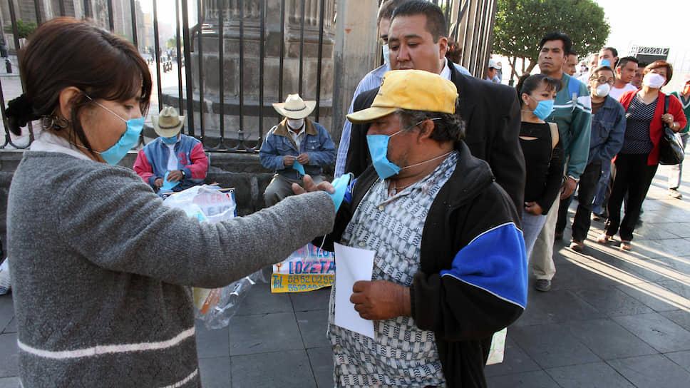 Еще до официального объявления пандемии в Мексике населению уже раздавали бесплатные медицинские маски и листовки с правилами профилактики новой инфекции