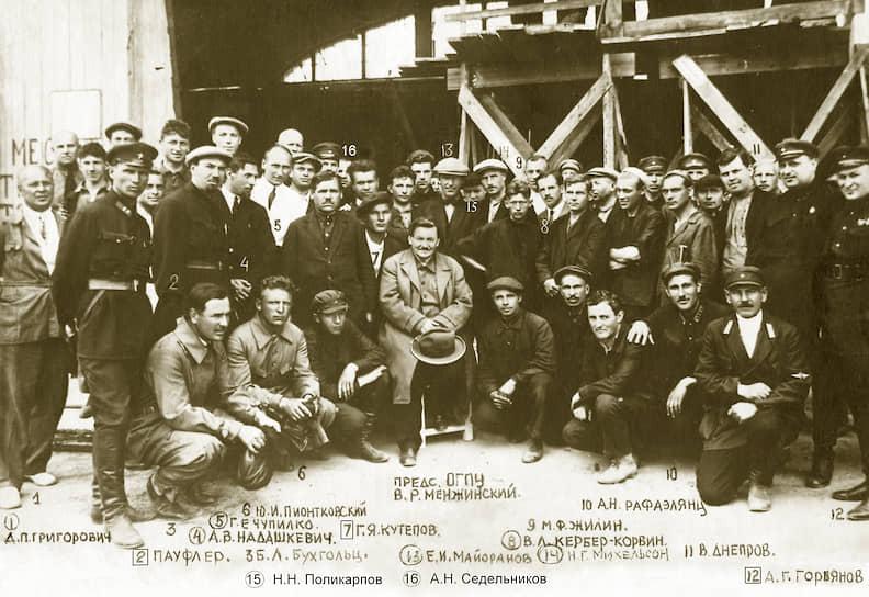 Первая «шарашка» в стране была создана в 1929 году в камерах Бутырской тюрьмы для нужд советской авиапромышленности. «Опытно-конструкторское бюро» получило название ЦКБ-39 ОГПУ. В мае 1930 года в СССР был подписан циркуляр, который де-юре вводил особые научно-технические бюро ОГПУ       <br>На фото: коллектив ЦКБ-39 — заключенные, вольнонаемные и охранники