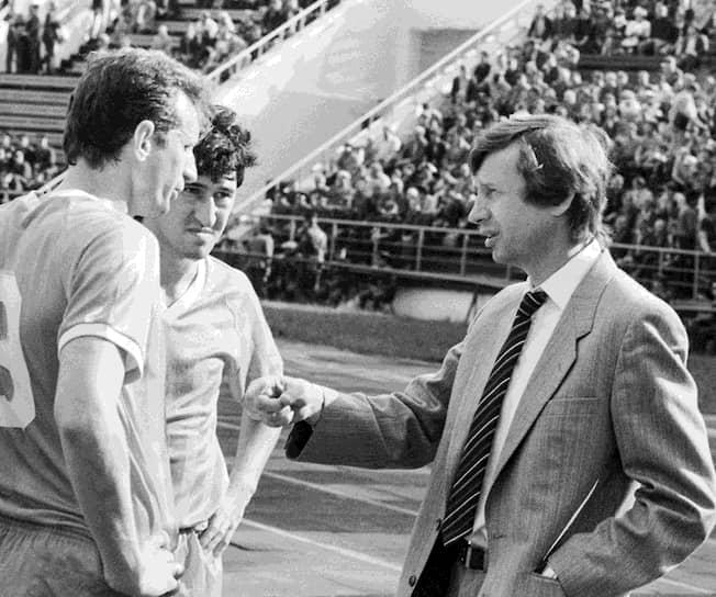 В 1986 году Юрий Семин впервые возглавил московский «Локомотив», игравший тогда в первой лиге. В следующем году команда пробилась в высшую лигу, но в 1989 году выбыла из нее. В 1990 году «Локомотив» впервые за 33 года вышел в финал Кубка СССР, но уступил в решающей игре киевскому «Динамо». В том же году железнодорожники вернулись в высшую лигу, после чего Юрий Семин на время покинул клуб