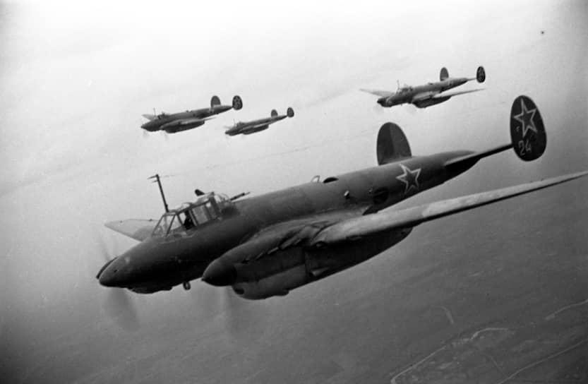 Пикирующий бомбардировщик Пе-2 был одним из самых массовых самолетов СССР и основным фронтовым бомбардировщиком ВВС РККА,применялся с первых днейВеликой Отечественной войныи до ее конца, а также вбоях с Японией