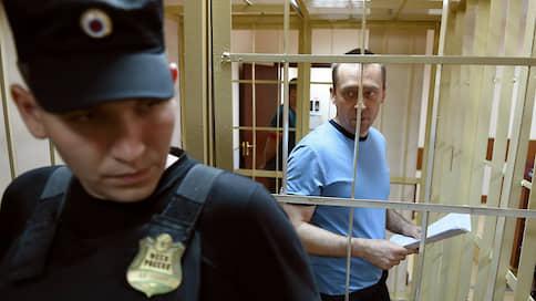 Дмитрий Захарченко просит света  / Экс-полковник МВД не хочет читать свое дело в темноте и без перчаток