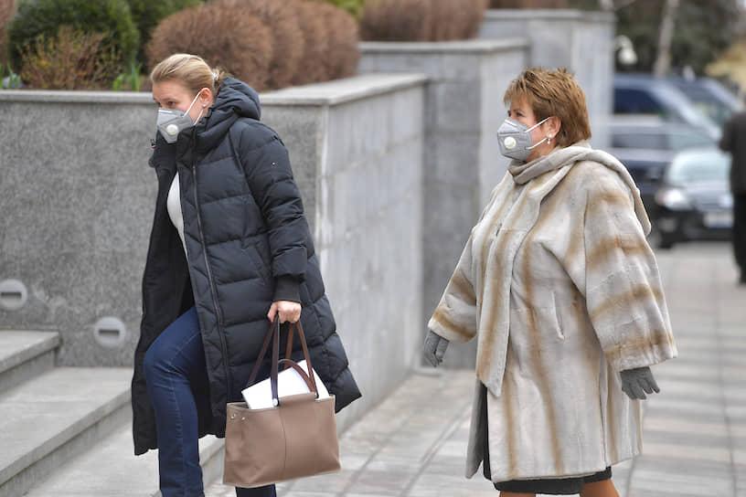 Сенатор от Удмуртии Любовь Глебова (справа) у здания Совета федерации