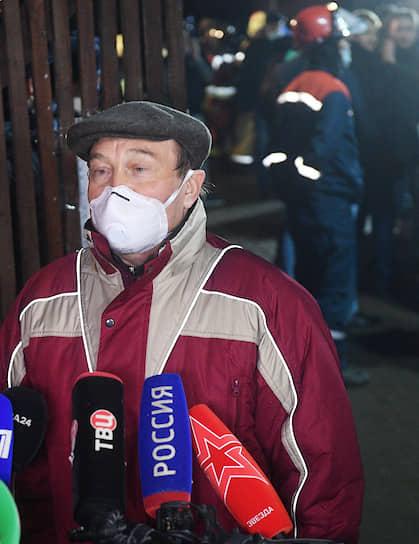 Заместитель мэра Москвы по вопросам жилищно-коммунального хозяйства и благоустройства Петр Бирюков на месте пожара в доме престарелых