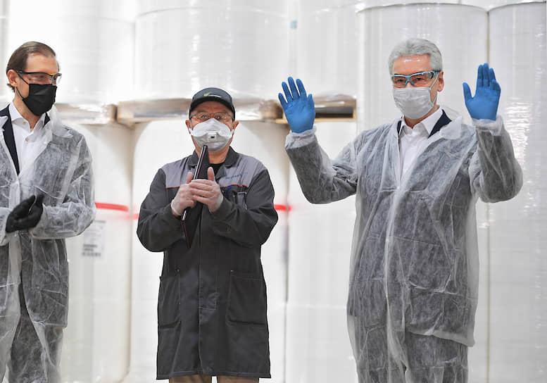 Министр промышленности и торговли РФ Денис Мантуров (слева) и мэр Москвы Сергей Собянин (справа) во время посещения производственной площадки компании «Нетканика»