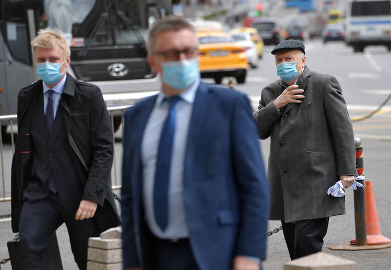 Лидер ЛДПР Владимир Жириновский (справа) приехал на работу в Госдуму