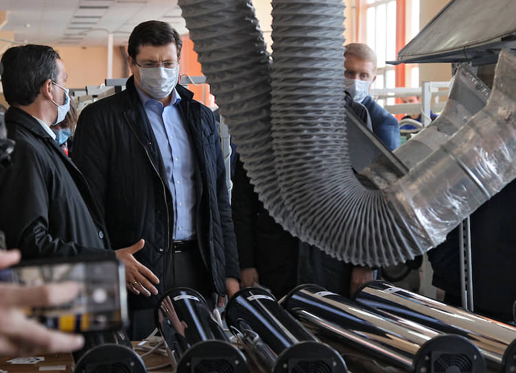 Губернатор Нижегородской области Глеб Никитин (в центре) во время посещения ПАО «Завод имени Петровского», освоившего выпуск медицинского оборудования