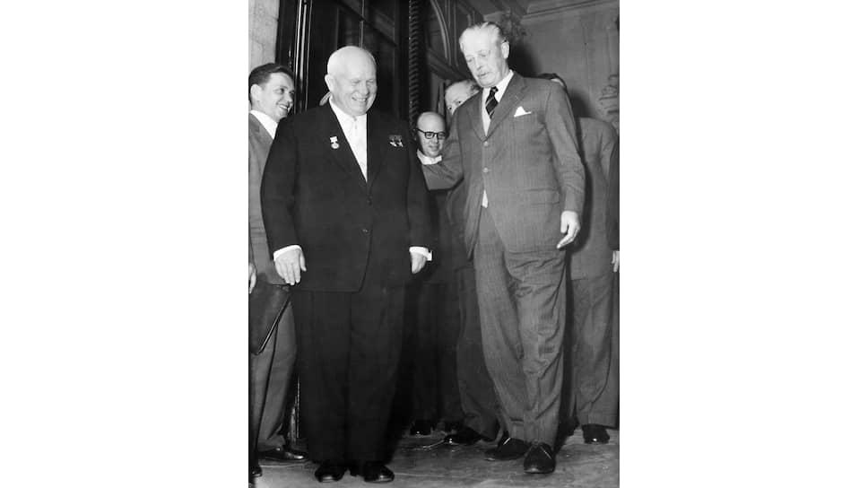«И во мне созрела мысль: пересмотреть первоначальную направленность наших документов» (на фото в центре — Н. С. Хрущев и премьер-министр Великобритании Гарольд Макмиллан, уговаривавший советского лидера продолжать переговоры. Париж, май 1960 года)